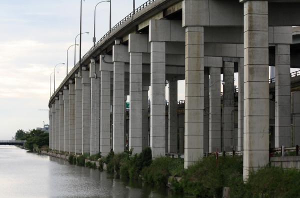 Gardiner_Expressway_Rises_From_Toronto_Waterfront